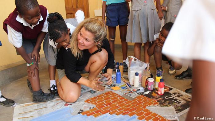 Julia Minners unterrichtet Schüler in Namibia im Malen.