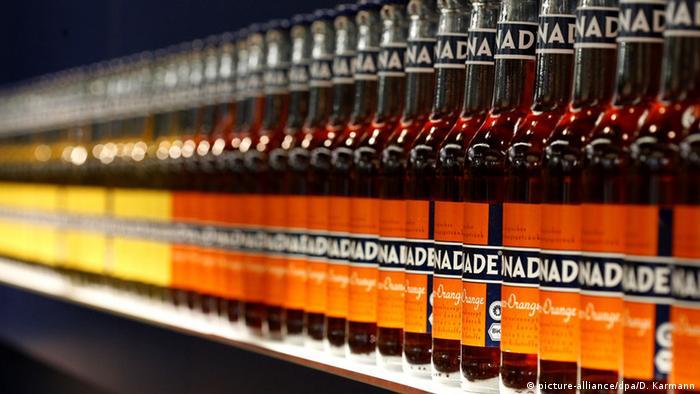 Flaschen der Marke Bionade stehen hintereinander in einer Reihe