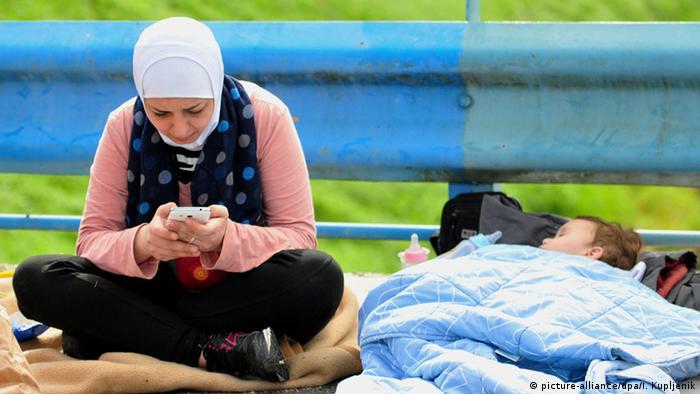 Symbolbild Flüchtlinge Internet Smartphone Google Web
