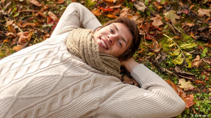 Eine Pause zwischendurch, Mann liegt im Herbstlaub, Tipps gegen Kopfschmerzen