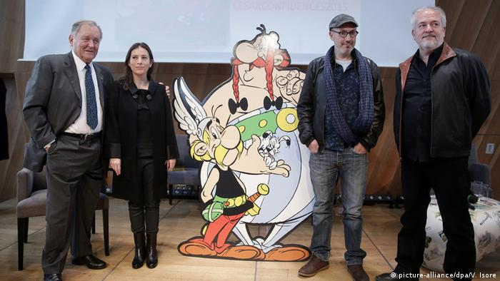 """En la foto, Uderzo, Anne (hija de Goscinny), Ferri y Conrad (de izquierda a derecha) presentan el álbum """"El papiro del César"""" (2015)."""