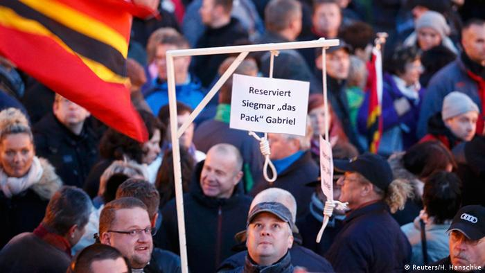 Pegida-Anhänger hält Galgen, mit den Namen von Merkel und Gabriel. (Foto: Reuters)
