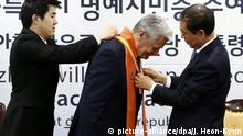 13.10.2015+++ epa04975649 German President Joachim Gauck (C), receives an honorary citizenship from Seoul mayor Park Won-Soon (R) at the Seoul City Hall, South Korea, 13 October 2015. Gauck is in Seoul on a four-day official visit to promote cooperation between the two countries. EPA/JEON HEON-KYUN