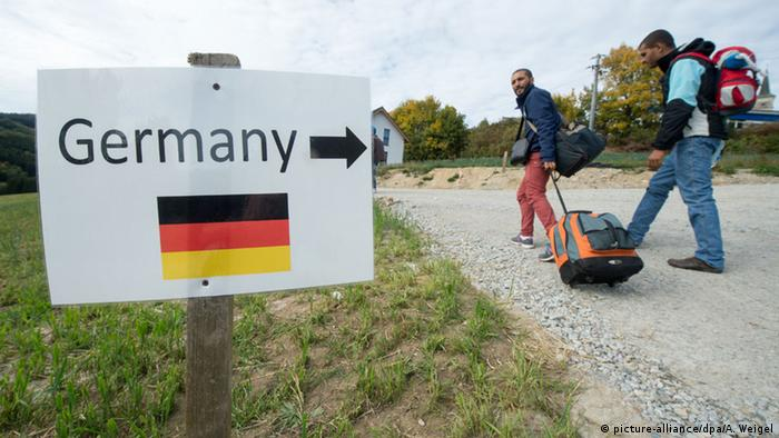 Refugees on the German-Austrian border (picture-alliance/dpa/A. Weigel)