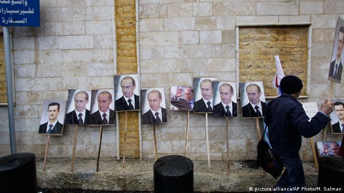 Плакаты с изображением Путина у российского посольства в Дамаске