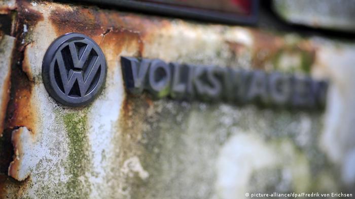 VW Volkswagen Symbol Logo Verrostet Rost Witterung