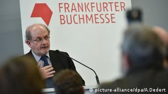 Rushdie defendiendo la libertad de expresión en Frankfurt.