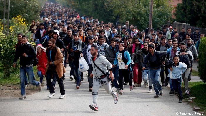 Europa Grenze Ungarn Serbien Flüchtlinge Migranten Ankunft Menschenmenge