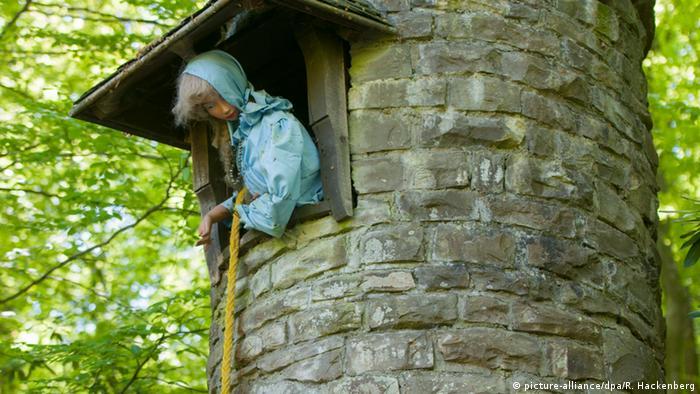 Rapunzel-Puppe in einem Turm in einem nordrhein-westfälischen Märchenwald (Foto: picture-alliance/dpa/R. Hackenberg)