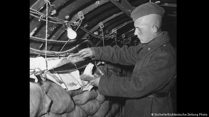 Советский солдат в американо-британском разведывательном туннеле