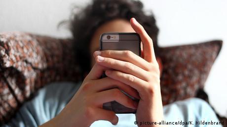 Ein Jugendlicher schaut in sein Smartphone