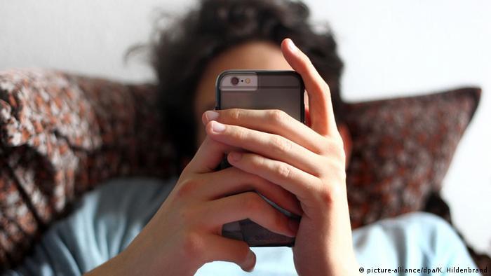 Symbolbild Jugendlicher mit Smartphone (picture-alliance/dpa/K. Hildenbrand)
