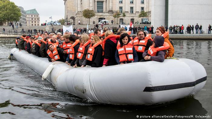 Berlin Sea-Watch Aktion Abgeordnete in Flüchtlingsboot