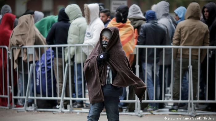 Refugees waiting to Register in Berlin (Foto: Kay Nietfeld/dpa)