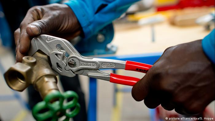 Руки чернокожего слесаря за работой