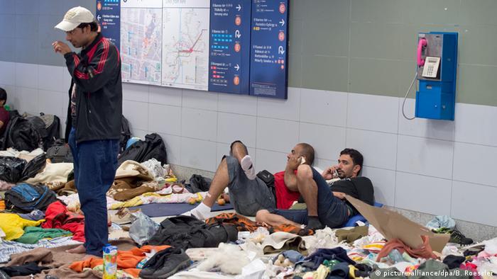 Flüchtlinge auf Boden (Foto: Boris Roessler/dpa)
