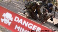 Ein Bundeswehrsoldatet bildet am 06.02.2014 im Trainings Camp in Koulikoro in Mali malische Soldaten im Entschärfen von Sprengfallen aus. Die deutsche Verteidigungsministerin besucht während ihrer Reise Bundeswehrsoldaten im Senegal und Mali. Foto: Peter Steffen/dpa +++(c) dpa - Bildfunk+++
