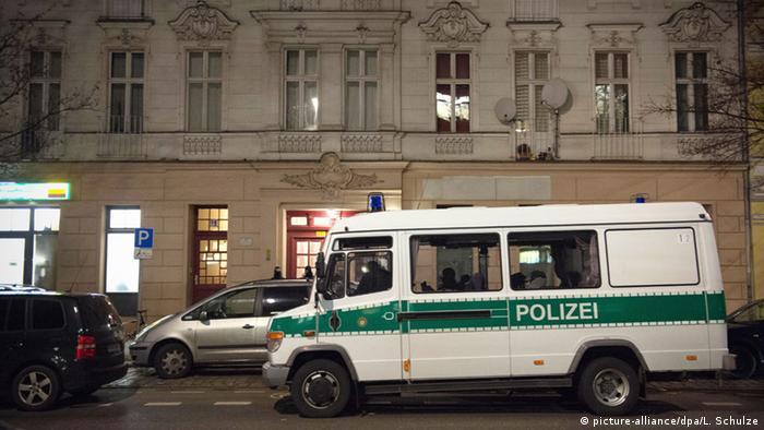 Полицейская машина стоит напротив жилого дома