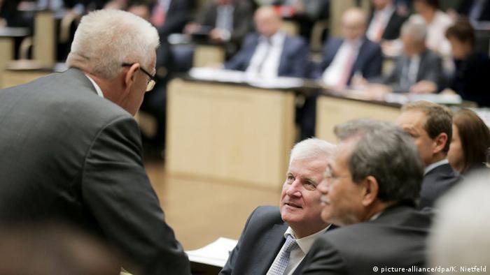 Beim ersten Asylpaket waren sich sogar der Grüne Winfried Kretschmann (l.) und CSU-Chef Horst Seehofer (2.v.l.) einig