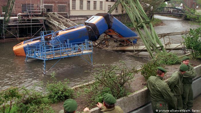 در سختترین سانحهای که در ۱۲ آوریل ۱۹۹۹ برای این قطار رخ داد، ۵ نفر کشته و ۴۷ نفر زخمی شدند. علت سانحه فراموش کردن قطعهای بود که کارگران هنگام انجام تعمیرات بر روی ریل نصب کرده بودند، اعلام شد.