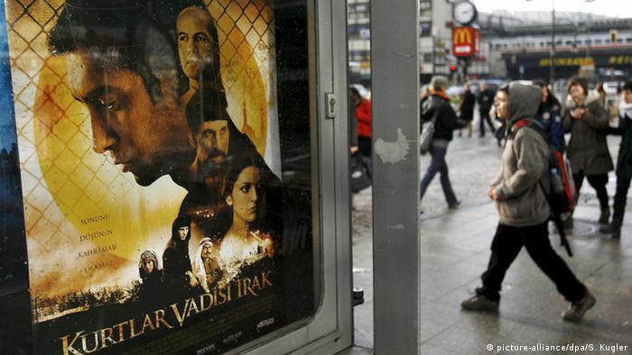 Das Plakat zum türkischen Film Tal der Wölfe in einer Stadt (picture-alliance/dpa/S. Kugler)