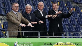 Η οργανωτική επιτροπή του Παγκοσμίου Κυπέλλου του 2006: Xoρστ Σμιντ, Τέο Τσβάντσιγκερ, Φραντς Μπεκενμπάουερ, Βόλφγκανγκ Νίρσμπαχ