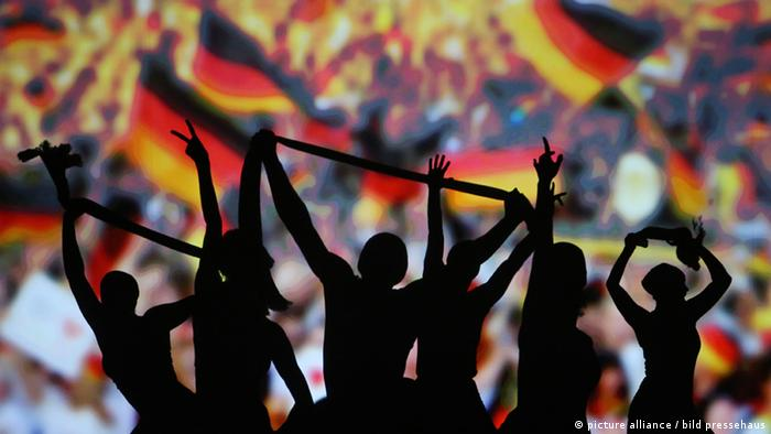 People waving German flags and holding their fingers in the freedom symbol (picture alliance / bild pressehaus)