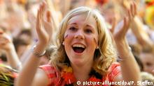 Ein weiblicher deutscher Fan freut sich am Mittwoch (24.06.2008) während der EM-Public-Viewing-Veranstaltung in Hannover. Tausende Fußball-Begeisterte sind in die Gilde-Parkbühne gekommen, um das Fußball-EM-Halbfinalspiel Deutschland-Türkei zu verfolgen. Foto: Peter Steffen +++(c) dpa - Report+++