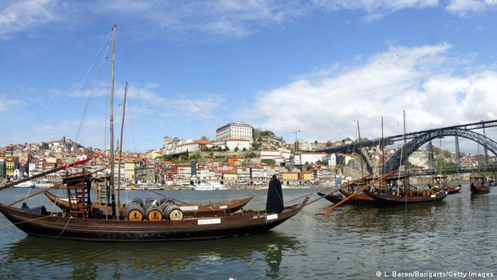 Stadt Porto mit Booten im Vordergrund