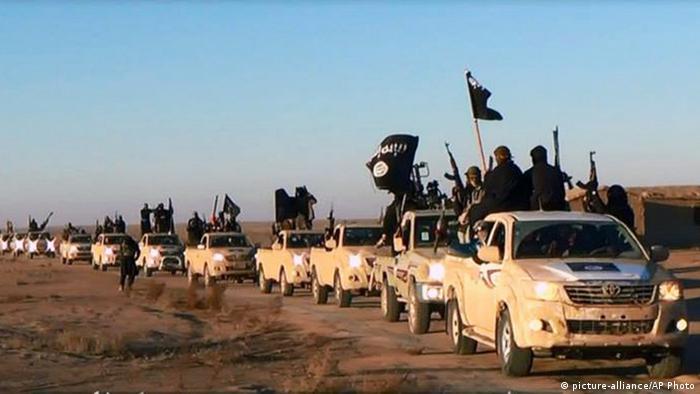 IS Kolonne Fahrzeuge Toyota (picture-alliance/AP Photo)