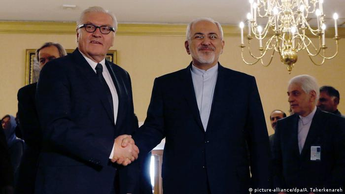 Iranian Foreign Minister Mohammad Javad Zarif (C) greets his German counterpart Frank-Walter Steinmeier prior to their meeting in Tehran, Iran, 17 October 2015 (Photo: EPA/ABEDIN TAHERKENAREH)