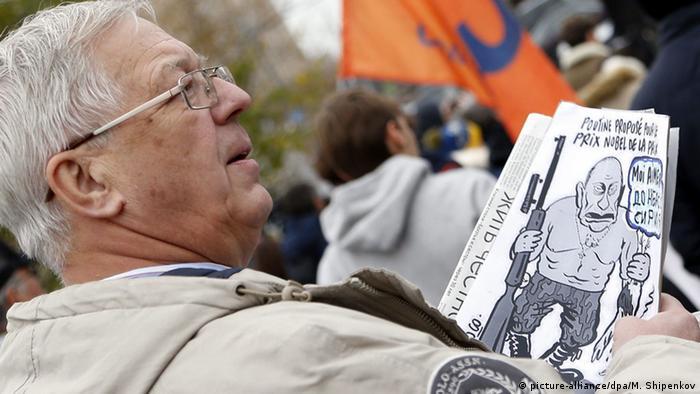 Участник акции протеста Нет войне! в Москве, 17 октября 2015 года