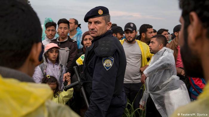 Hrvatski policajac okružen migrantima 2015.