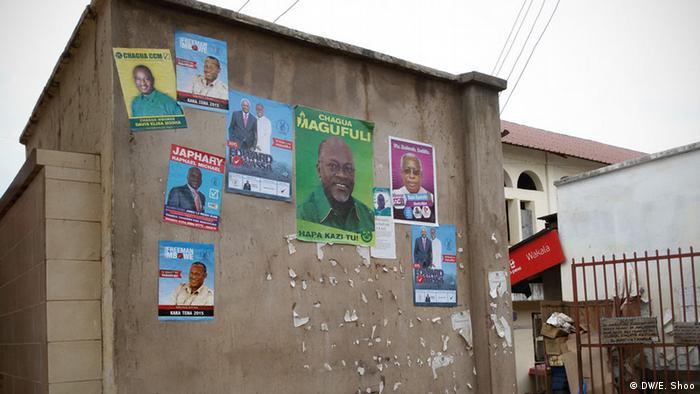 Wahlplakate an einer Hauswand in Tansania (Foto: DW/Elizabeth Shoo)