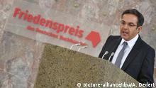 Der deutsch-iranische Schriftsteller und Orientalist Navid Kermani hält am 18.10.2015 bei der Verleihung des Friedenspreises des Deutschen Buchhandels in der Paulskirche in Frankfurt am Main (Hessen) nach der Auszeichnung seine Dankesrede. Foto: Arne Dedert/dpa