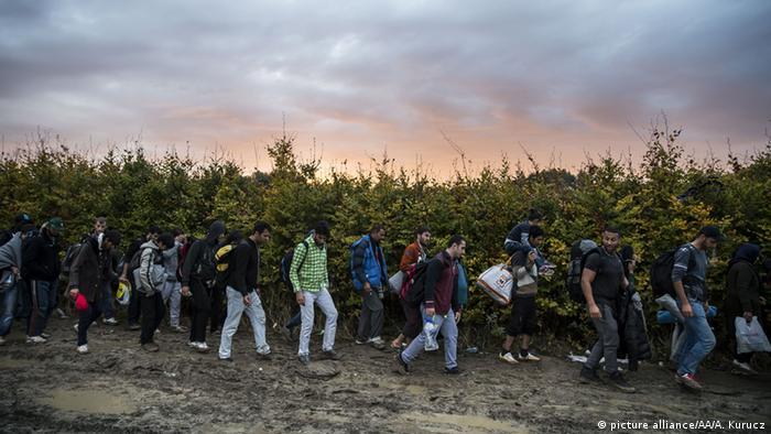 Беженцы, идущие через Венгрию