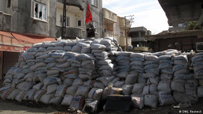 Türkei Stadt Cizre an der Grenze zu Syrien Barrikaden. DW/Jacob Resneck