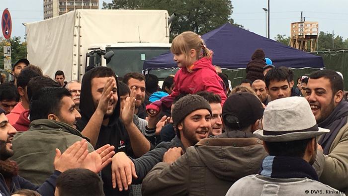 Беженцы на организванном для них мероприятии в Дрездене