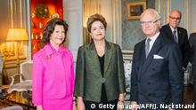 18.10.2015 *** Bildunterschrift:President of Brazil Dilma Rousseff (C) poses for a picture with Sweden's King Carl Gustaf and Queen Silvia on October 18, 2015 at the Royal Palace in Stockholm. AFP PHOTO / JONATHAN NACKSTRAND (Photo credit should read JONATHAN NACKSTRAND/AFP/Getty Images)