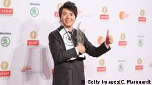 18.10.2015 *** Bildunterschrift:BERLIN, GERMANY - OCTOBER 18: Lang Lang poses with his Instrumentalist of the Year/Piano award and special award for the Lang Lang International Music Foundation honored at the ECHO Klassik 2015 at Konzerthaus on October 18, 2015 in Berlin, Germany. (Photo by Christian Marquardt/Getty Images)