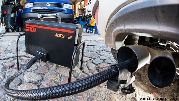 Deutschland Volkswagen Abgasuntersuchung (picture-alliance/dpa/P. Pleul)