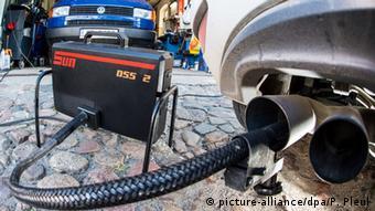 Проверка содержания выхлопных газов автомобиля в мастерской