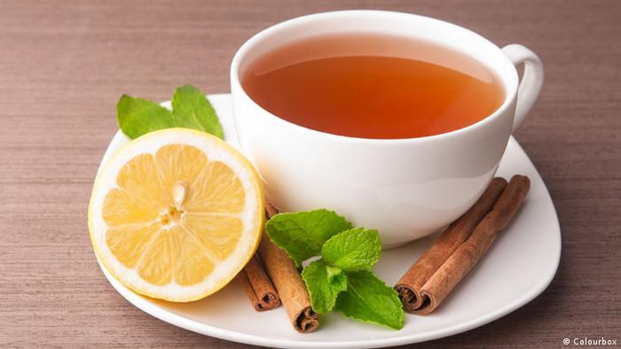 Tasse Tee mit Zitrone und Minze