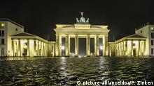 19.10.2015 *** Das Kopfsteinpflaster vor dem Brandenburger Tor in Berlin glänzt am frühen Morgen des 19.10.2015 durch den Regen. Foto: Paul Zinken/dpa