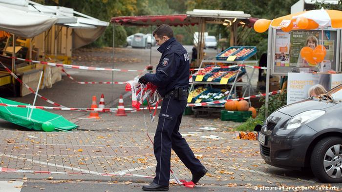 Nach der Messerattacke: Polizist am Tatort (Archivbild: dpa)