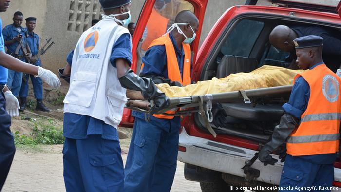 Eine Leiche wird nach einem Anschlag in Bujumbura geborgen