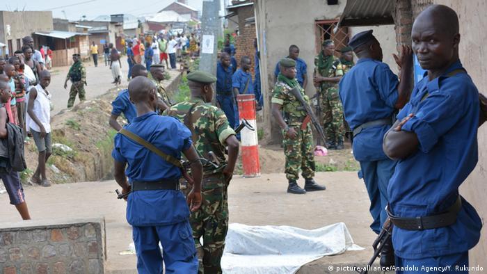 Straßenszene in Burundi mit Polizisten