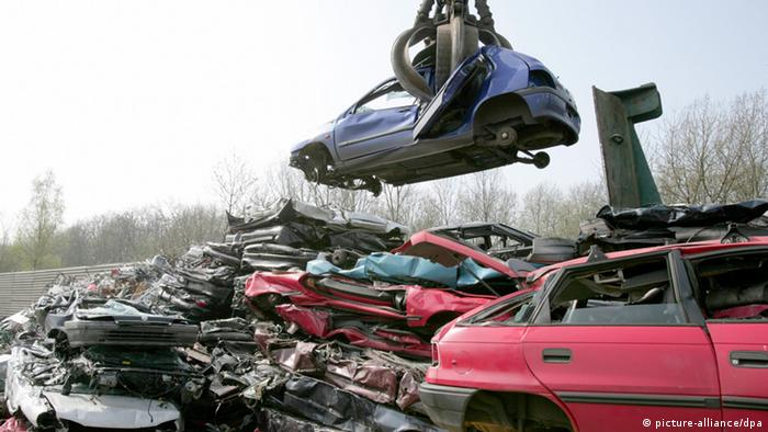 На свалке старые автомобили превращают в металлолом