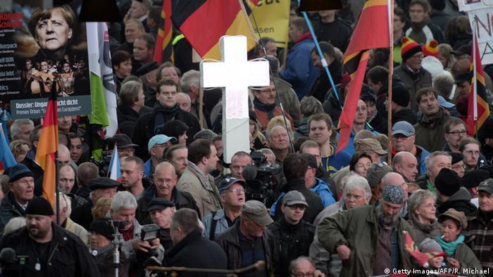 Dresden - Pegida-Anhänger versammeln sich zum Jahrestag
