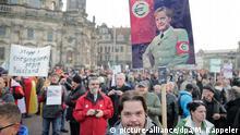 19.10.2015+++ Das Plakat eines Demonstranten zeigt am 19.10.2015 in Dresden (Sachsen) Bundeskanzlerin Merkel in Uniform und mit einer Euro-Armbinde. Vor einem Jahr ging Pegida (Patriotische Europäer gegen die Islamisierung des Abendlandes) in Dresden erstmals auf die Straße. Mit einer Jubiläumskundgebung will sich das fremdenfeindliche Bündnis jetzt feiern. Foto: Michael Kappeler/dpa +++(c) dpa - Bildfunk+++